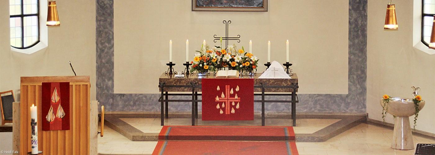 Altar mit Kanzel und Taufstein